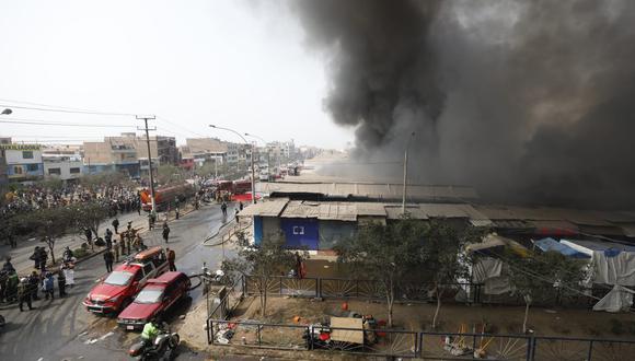 Voraz incendio consume puestos de mercado 'La Cachina' de Canto Grande. (Foto: Diana Marcelo /@photo.gec))