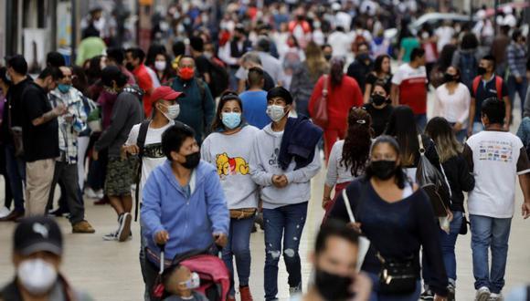 La gente camina por una concurrida calle peatonal en un área comercial mientras continúa el brote de la enfermedad por coronavirus (COVID-19) en la Ciudad de México, México. (Foto: REUTERS / Luis Cortes).