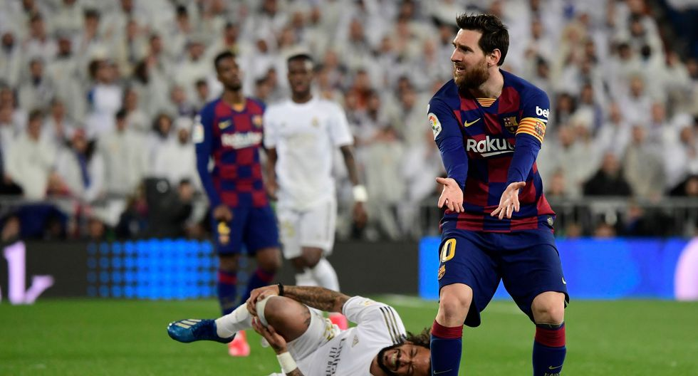 Barcelona's Argentine forward Lionel Messi gestures as Real Madrid's Brazilian defender Marcelo lays on the field during the Spanish League football match between Real Madrid and Barcelona at the Santiago Bernabeu stadium in Madrid on March 1, 2020. / AFP / JAVIER SORIANO