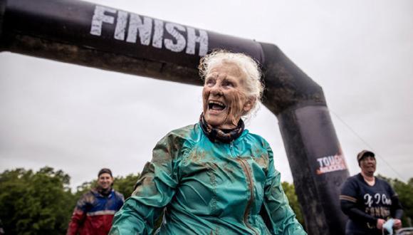 A sus 82 años, la mujer completó por segunda vez una demandante competencia de resistencia. (Foto: Tough Mudder)