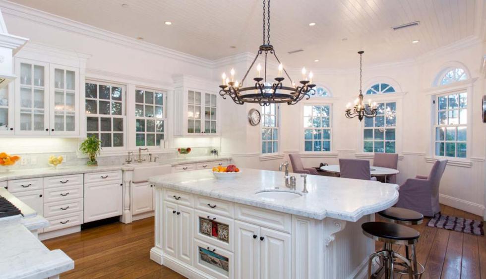 Jessica Alba. El color blanco fue el escogido para la decoración de su cocina. El ambiente es amplio y se reemplazó las tradicionales lámparas por arañas antiguas. Las encimeras de mármol añaden elegancia.  (Foto: Joycerey.com)