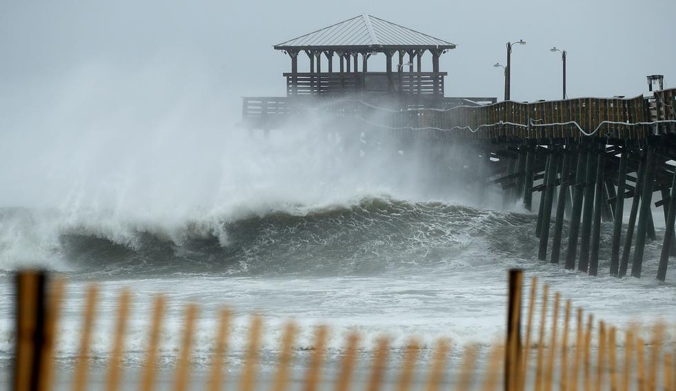 Las bandas exteriores de viento y lluvia de un debilitado pero aún mortífero huracán Florence comenzaron a azotar el jueves Carolina del Norte. (AFP).