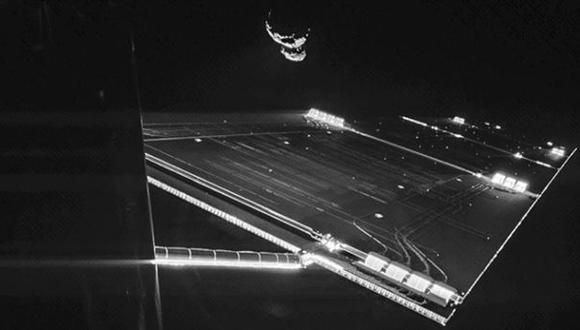 El extraordinario selfie de un satélite y un cometa