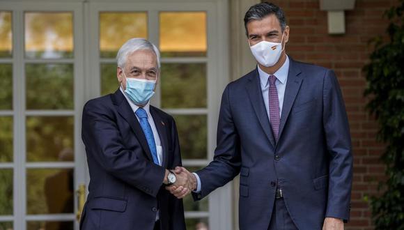 El presidente del gobierno de España Pedro Sánchez, derecha, estrecha la mano de presidente chileno Sebastián Piñera en el Palacio de la Moncloa en Madrid. (AP Foto/Manu Fernández).