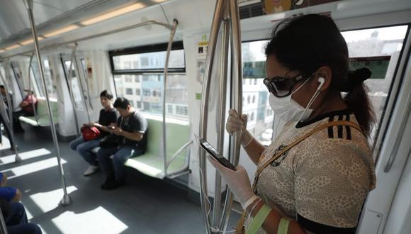 Una mujer viaja en una de las unidades del metro de Lima, durante la cuarentena. (Foto referencial: César Campos)