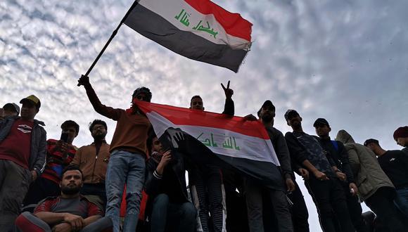 Un grupo de manifestantes protestan contra el Gobierno en la capital de Irak, Bagdad. (AP)