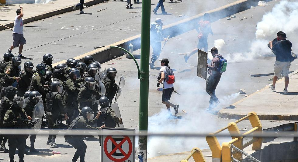 Policías chocan este martes con manifestantes en Cochabamba (Bolivia). (EFE/Jorge Abrego).