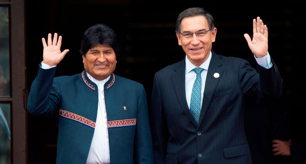 Peruvian President Martin Vizcarra (R) and his Bolivian counterpart Evo Morales wave at the press upon the latters' arrival at the presidential palace in Lima on May 26, 2019 in the framework of the Andean Community of Nations (CAN) Summit, on the 50th anniversary of its creation. (AFP)