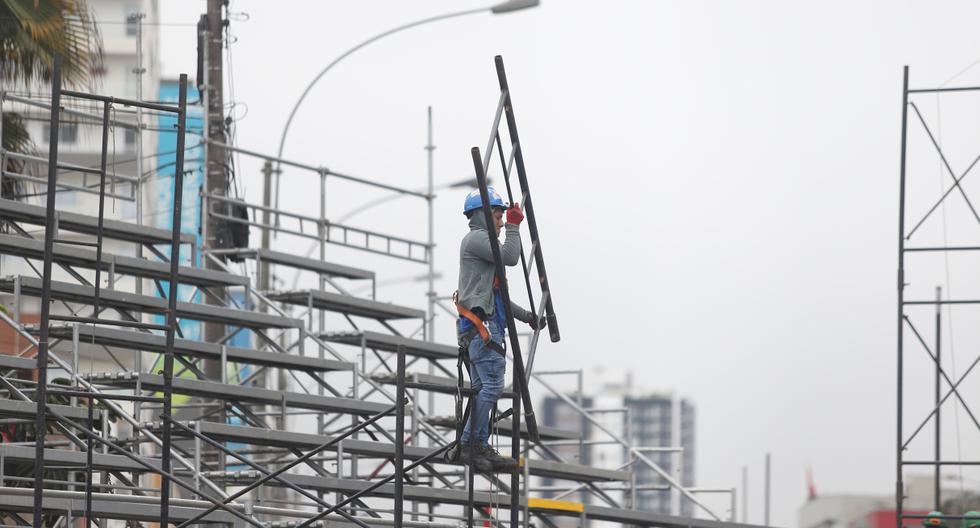 La instalación de graderías se ha iniciado en parte de la avenida Brasil, cerca del cruce con la avenida San Felipe. Aún no se ha cerrado la vía principal de la avenida. (Foto: Hugo Pérez / El Comercio)