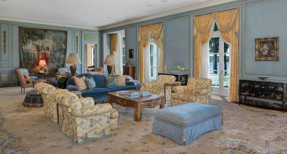 La sala de estar es enorme, con un techo de 12 pies y una hermosa chimenea. (Foto: Realtor)