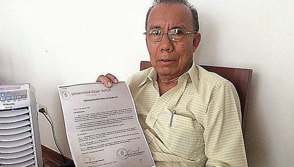 Caso César Acuña. El profesor Eladio Angulo Altamirano, en su casa de Trujillo, sostiene para el lente de El Comercio la resolución en la que trataron de imitar su firma. (Foto: El Comercio / Christopher Acosta)