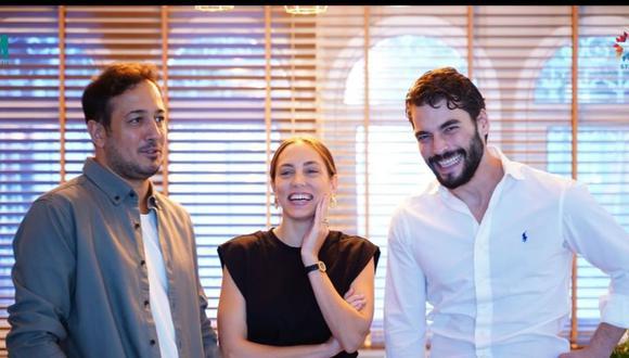 El elenco Kaderimin Oyunu: Öykü Karayel, Akın Akınözü y Sarp Apak cuando fueron presentados ante la prensa (Foto: NGM Media)