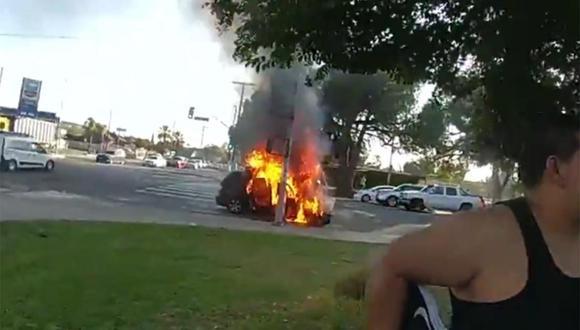 Estos son los precisos momentos en que agentes de la Policía rescataron a un hombre de un vehículo envuelto en llamas. | Foto: @LAPDHQ/Facebook