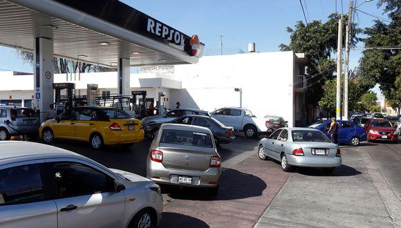 En la ciudad de Guadalajara muchas estaciones de servicio permanecían cerradas el domingo y los automovilistas aguardaban en las que sí estaban operando. (Reuters)