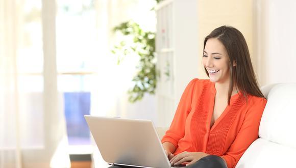 Gracias a que vivimos en la era digital, tenemos la oportunidad de tener acceso permanente a las diferentes páginas web, en donde podremos mantenernos informados, comunicados y entretenidos. (Foto: Shutterstock)