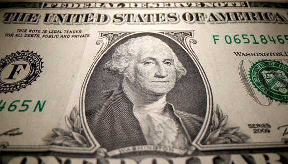 """El llamado """"dólar blue"""" se negociaba a 156 pesos en Argentina este viernes. (Foto: AFP)"""