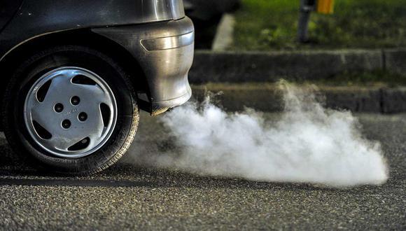 El humo blanco suele presentarse cuando el auto se encuentra 'frío'. Sin embargo, existen otros tipos que te indican que el auto cuenta con distintas falencias. (Foto: Wikimedia Commons).