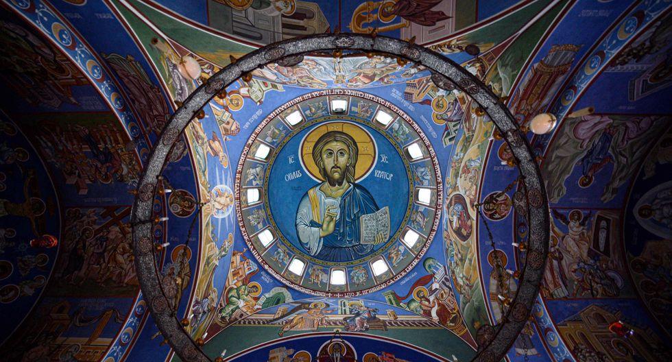 Pintura al fresco que representa el servicio de la liturgia durante el servicio de Navidad de Cristo, realizada en el techo de la iglesia Lazarica, la primera iglesia ortodoxa serbia construida en Birmingham, en el centro del Reino Unido. (AFP)