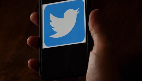 En esta foto de ilustración de archivo tomada el 27 de mayo de 2020, se muestra un logotipo de Twitter en un teléfono móvil. (Foto de Olivier DOULIERY / AFP)