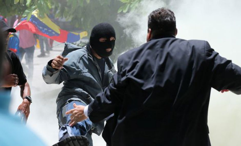 Cinco diputados resultaron heridos durante el ataque de colectivos chavistas contra el Parlamento de Venezuela. (Foto: AP)