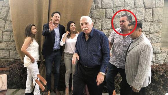 En la pared interior del inmueble donde fue capturado Moreno, de espalda a la calle, varios miembros del Congreso disuelto se fotografiaron hace un año. El inmueble era alquilado por Albrecht (círculo).