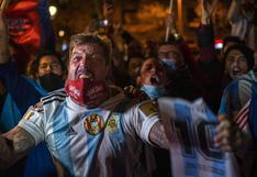 Con velas y fotografías, seguidores se despiden de Maradona en Barcelona | FOTOS Y VIDEO