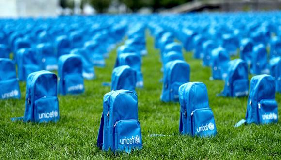 Por cada niño fallecido en conflictos, la agencia de las Naciones Unidas para la infancia colocó una mochila escolar, formando hileras que hacen recordar un cementerio. (AP)