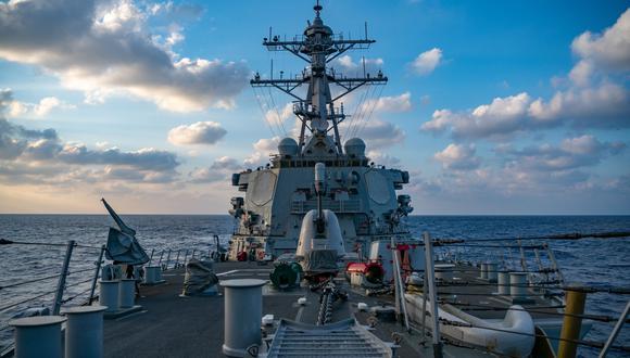 Esta foto de la Marina de Estados Unidos del 29 de abril de 2020 muestra al destructor de misiles guiados de la clase Arleigh-Burke USS Barry (DDG 52) realizando operaciones en curso en el Mar del Sur de China. (Foto referencial, AFP).