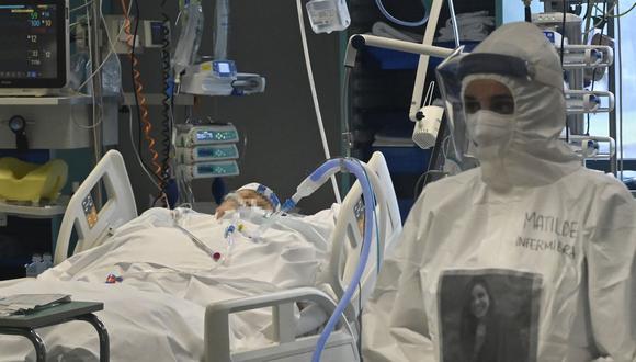 Una trabajadora médica de la unidad de cuidados intensivos (UCI) COVID-19 del hospital Santo Stefano en Prato, cerca de Florencia, Italia. (Foto de Alberto PIZZOLI / AFP).