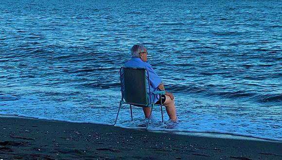 Fotografía captada en la playa de la Malagueta en Málaga, España, se volvió tendencia en Internet. (Foto: Twitter)