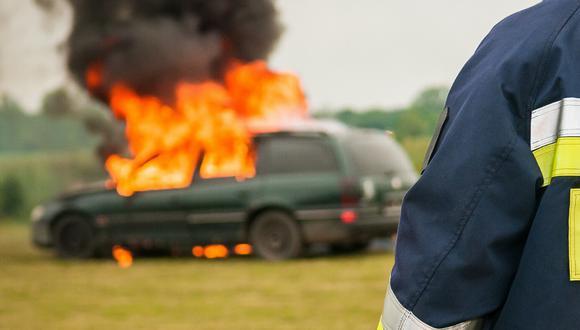 Dos valerosos transeúntes evitaron que un automovilista muriera consumido por el fuego que envolvía su vehículo mientras el resto se quedó cruzado de brazos. (Foto: Pixabay/Referencial)