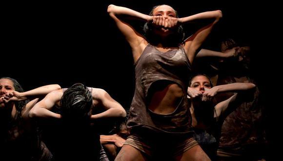 """El libro, """"Revelando el movimiento: Historias de la danza moderna y contemporánea en el Perú"""" de descarga gratuita, estará disponible en la página web del Departamento de Artes Escénicas de la PUCP. En la foto, montaje """"1mt2"""" de Ducelia Woll (Danza Viva). (Foto Javier Gamboa)"""