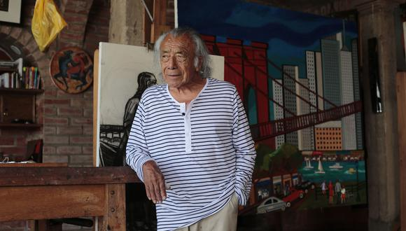 """El artista que sonríe y reclama serenidad en estos tiempos turbulentos. Atrás, su obra """"Puente Brooklyn, Nueva York"""" (óleo sobre lienzo, 2016) (Foto: Hugo Pérez)"""