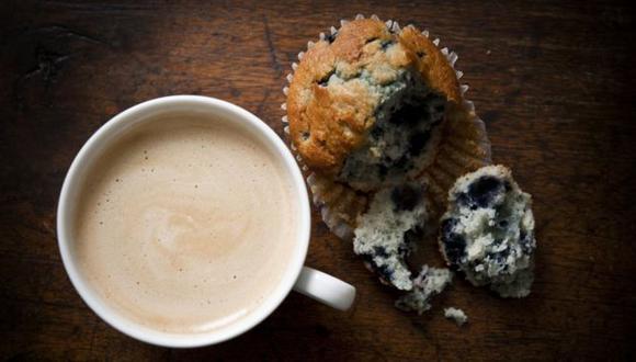 Los expertos en nutrición dicen que la cantidad diaria de azúcares añadidos que ingerimos no debería superar el 5% de nuestro consumo calórico total en un día. (Foto: Getty)