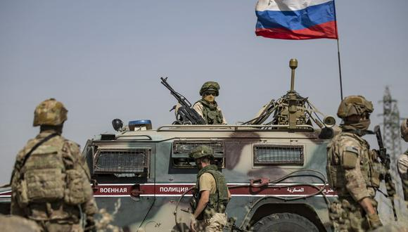 Soldados rusos y estadounidenses en la ciudad de al-Malikiyah (Derik), en el noreste de Siria, en la frontera con Turquía, el 3 de junio de 2020. (Foto referencial, DELIL SOULEIMAN / AFP).