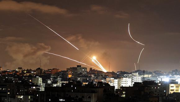 Desde el lunes, los grupos islamistas Hamás e Yihad Islámica han lanzado más de 800 cohetes contra Israel. En la foto se aprecian cohetes que son lanzados desde la ciudad de Gaza, controlada por el movimiento palestino Hamas. (MAHMUD HAMS / AFP)