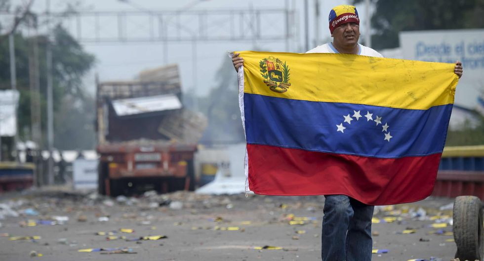 Mientras se recuperaban de las heridas que les dejaron los enfrentamientos contra las fuerzas del régimen chavista, los manifestantes le pedían al presidente encargado y la comunidad internacional que no desistan. (AFP)