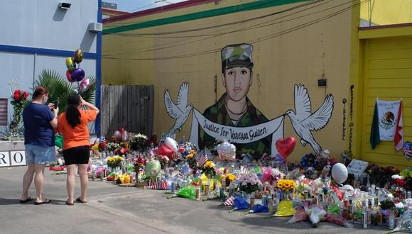 Las personas visitan el mural con la imagen de Vanessa Guillén ubicado en un vecindario del sur de Houston, Texas (Estados Unidos). (EFE/Alicia L. Pérez).