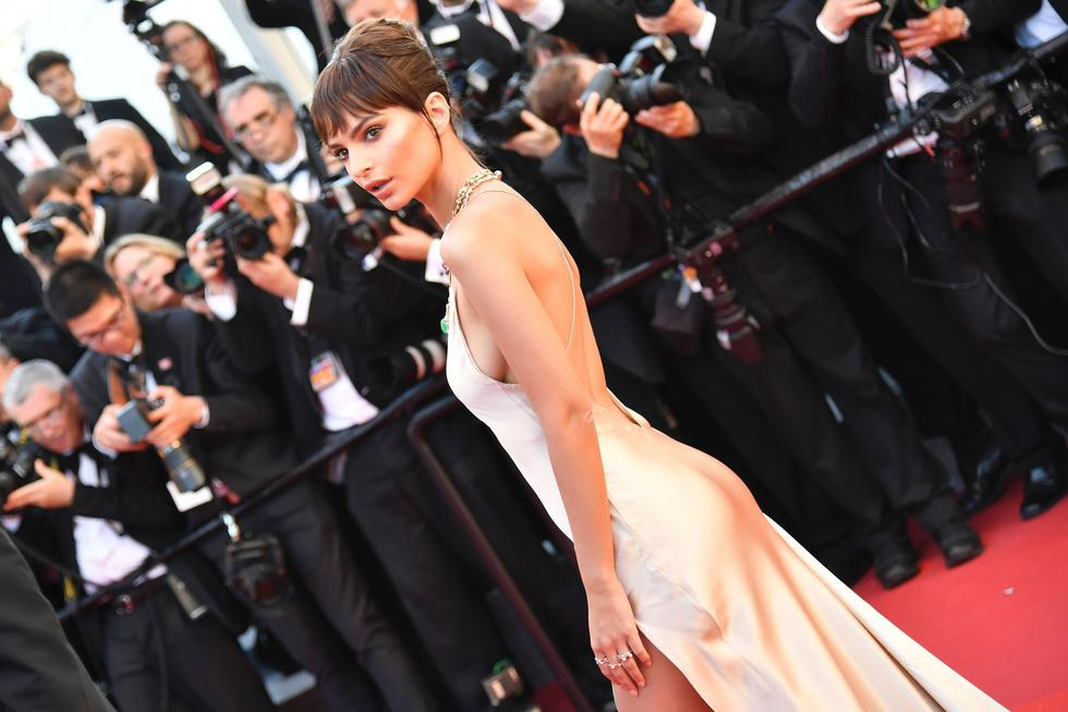 Emily Ratajkowski camina la alfombra roja del festival de cine de Cannes. (Fotos: Agencias)