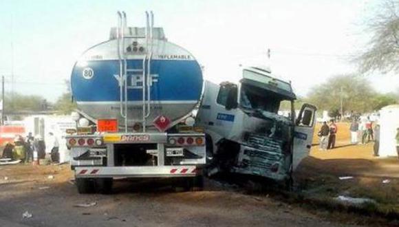 Argentina: Once muertos tras choque frontal de camión y combi