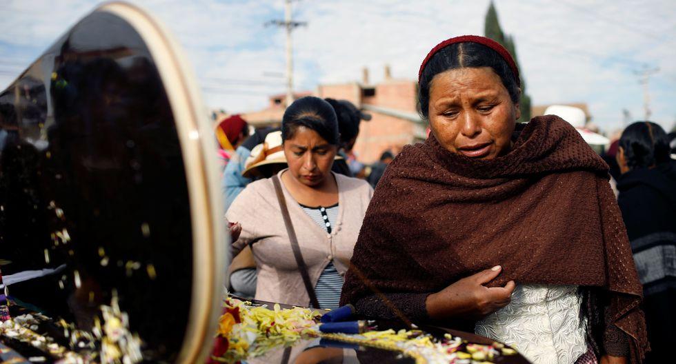 Los partidarios del ex presidente boliviano Evo Morales lloran la muerte de un hombre que protestaba contra el régimen interino de Jeanine Añez. (REUTERS / Marco Bello).