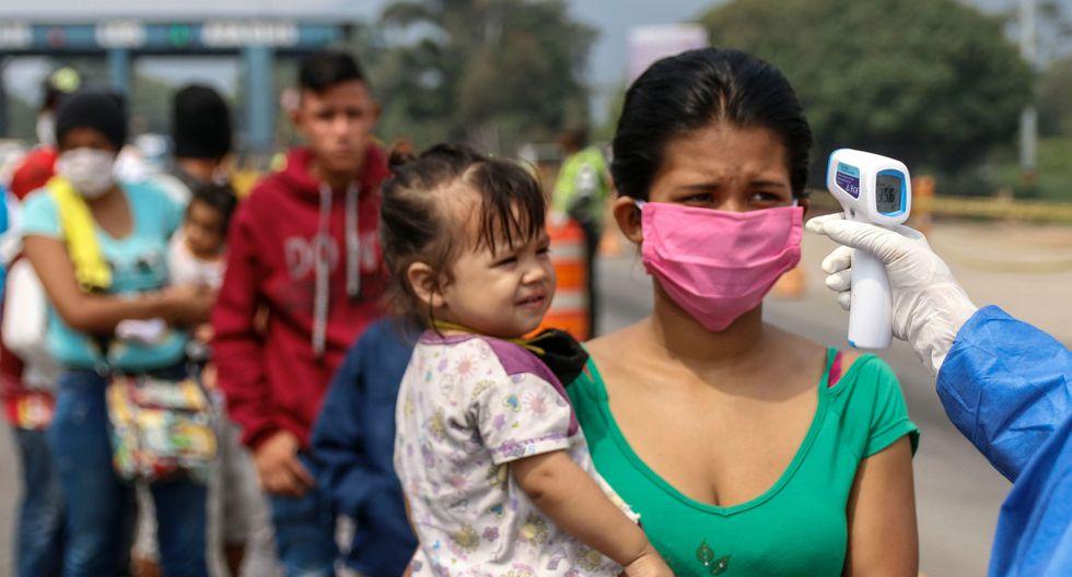 Trabajadores de Salud de Colombia toman la temperatura a migrantes venezolanos en Cúcuta. Foto: AFP / Schneyder MENDOZA