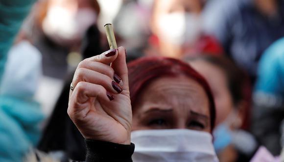 Una familiar de un recluso sostiene un cartucho este domingo luego de un motín, en la cárcel Modelo de Bogotá (Colombia). Al menos 23 presos murieron y 83 resultaron heridos. (EFE/Mauricio Dueñas Castañeda).