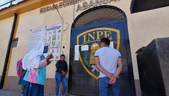 Luego de conocerse la noticia, un grupo de personas se ha acercado al penal para saber cuál es el estado sus familiares (Foto: Carlos Peña)