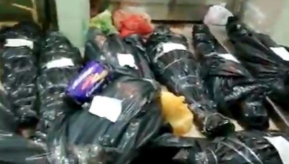 Una captura de video de la morgue del hospital Regional de Iquitos, donde se muestra a víctimas de coronavirus.