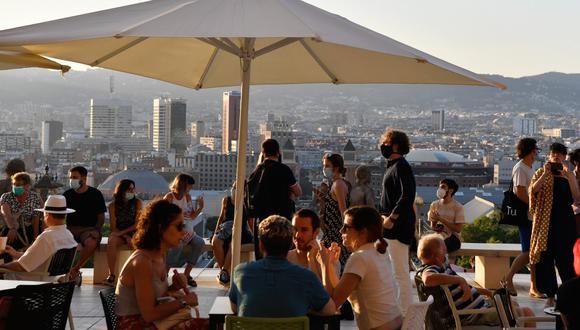 Imagen referencial. La gente se sienta en un bar con terraza cerca del Museo Nacional de Arte de Barcelona (MNAC) en Barcelona (España), el 25 de julio de 2020. (Pau BARRENA / AFP).