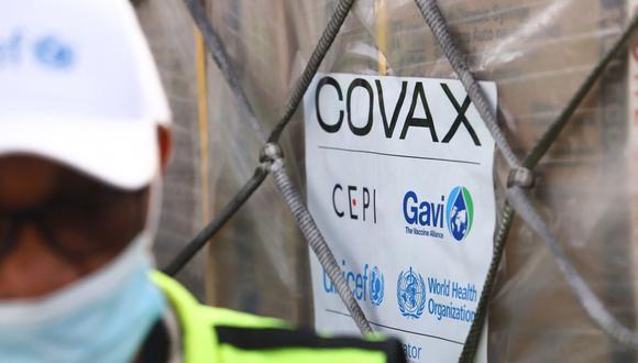 Esta fotografía tomada el 24 de febrero de 2021 muestra una etiqueta COVAX en un envío de vacunas contra el coronavirus. (Nipah Dennis / AFP / Referencial).