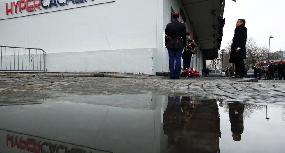 El homenaje comenzó hacia el mediodía, ante los antiguos locales de la publicación satírica, en el distrito XI de París, donde los hermanos Saïd y Chérif Kouachi mataron a 11 personas el 7 de enero de 2015. (Foto: AFP)