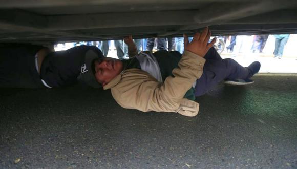 La Policía tuvo que intervenir para sacar al chofer del vehículo. (Foto: Hugo Pérez / El Comercio)
