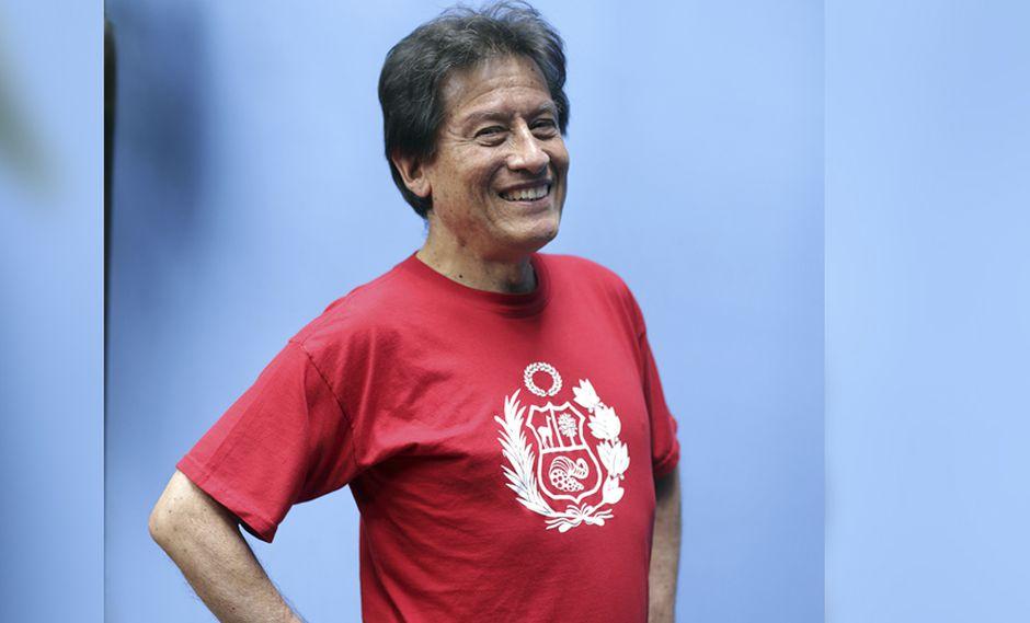 El historietista, Juan Acevedo, viste de rojo y blanco así Perú haya sido eliminado del Mundial. (Foto: Nancy Chappell)